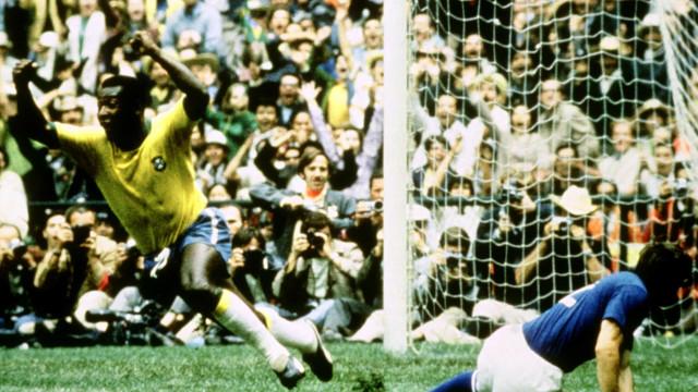 A lenda do futebol faz 79 anos. Sabe os recordes que Pelé ainda detém?