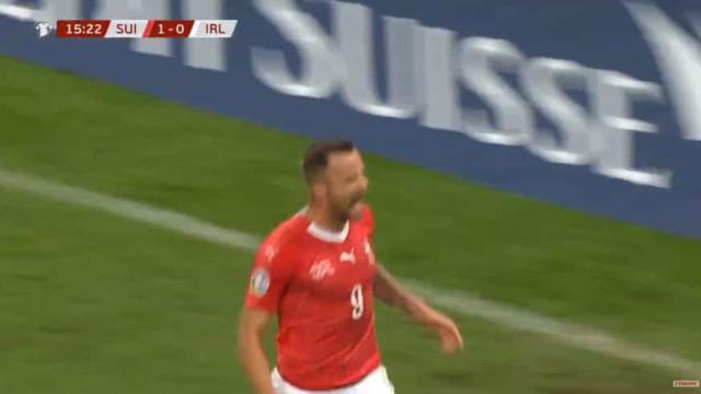 Seferovic arriscou de longe e marcou pela Suíça quase um ano depois
