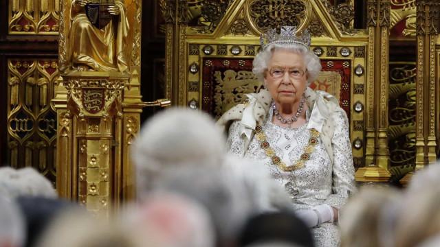 Isabel II recusou-se a usar a coroa imperial no parlamento. Eis a razão