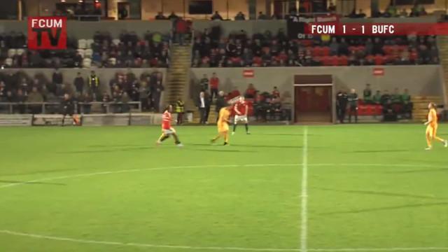 Aconteceu em Inglaterra: Central marcou de cabeça... do meio-campo