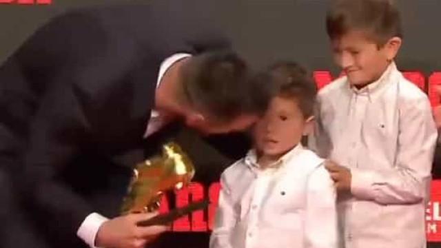 Messi recebeu sexta Bota de Ouro das mãos dos dois filhos mais velhos