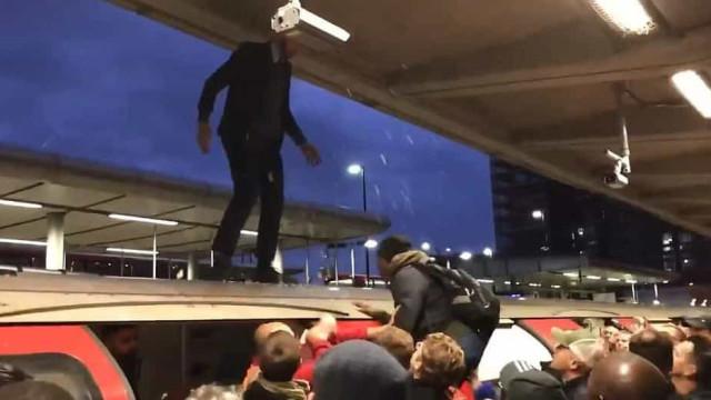 Passageiros furiosos arrastam ativistas de cima de carruagem do metro