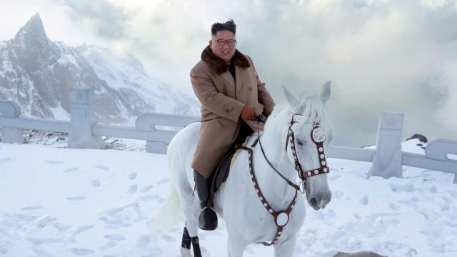 A mensagem política das fotos de Kim Jong-un montado num cavalo branco