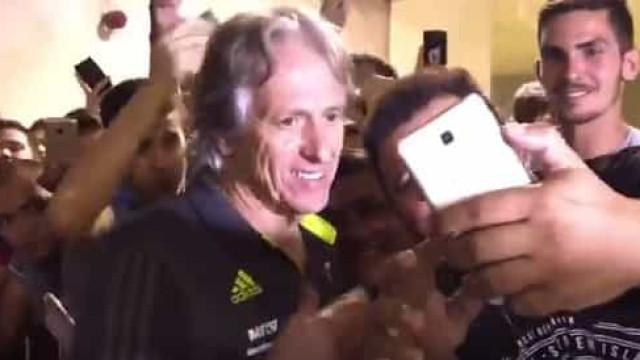 'Loucura' por Jesus: Adeptos do Flamengo não lhe dão descanso