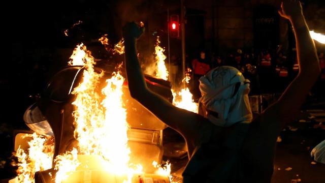 Barcelona continua em protesto. Manifestantes nas ruas pela quarta noite