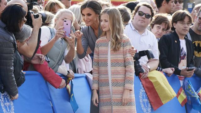 Rainha Letizia rende-se às selfies na chegada a Olviedo