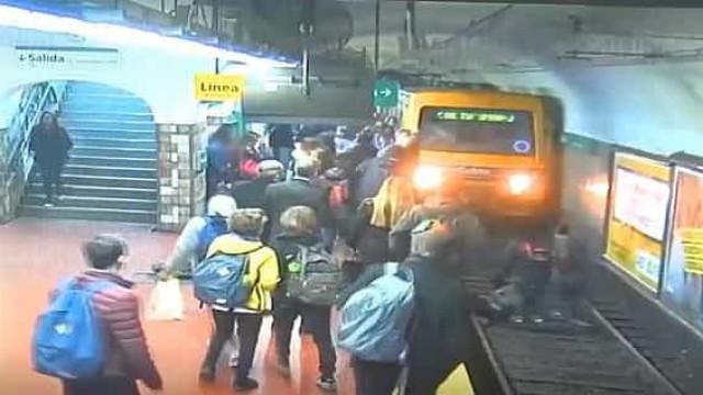 Passageiros param composição de metro após mulher cair à linha