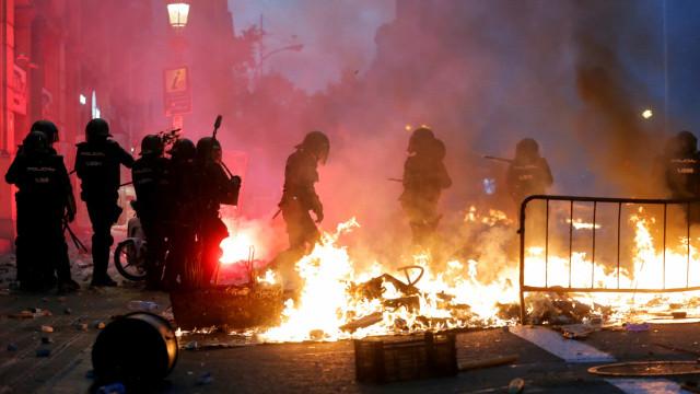 Alta tensão em Barcelona. Confrontos, 35 feridos e detenções