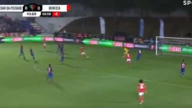 Pizzi voltou aos golos e deu vantagem ao Benfica antes do intervalo
