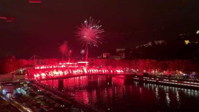 Impressionante: Ultras do Lyon 'fecham' ponte e dão incrível espetáculo