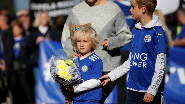 Arrepiante: Fãs do Leicester prestam homenagem ao falecido antigo dono