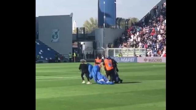 Ver para crer: Sassuolo-Inter interrompido pela queda de um paraquedista
