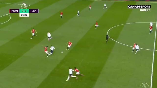 VAR valida golo de Rashford contra o Liverpool num lance muito polémico