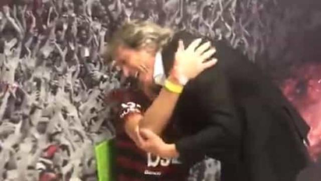 O gesto de Jorge Jesus com um adepto que está a encantar o Brasil