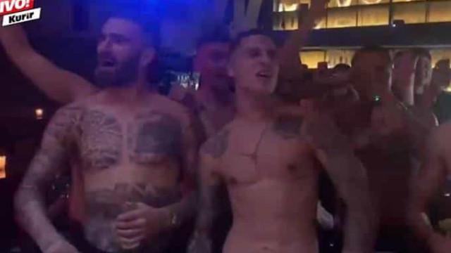 Jogadores do AEK 'apanhados' em tronco nu em festa de aniversário