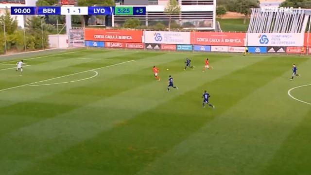 O contra-ataque 'venenoso' que tramou o Benfica no último minuto