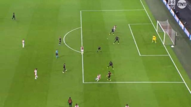 VAR anulou golo por fora de jogo milimétrico no Ajax-Chelsea