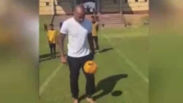 Aos 42 anos, descalço, Henry mostra que ainda tinha lugar no futebol
