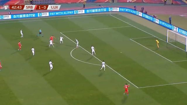 Mitrovic marcou golaço que aumentou a vantagem da Sérvia