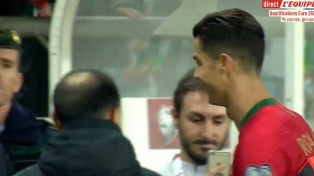 O belo gesto de CR7 com uma criança no intervalo do jogo de Portugal