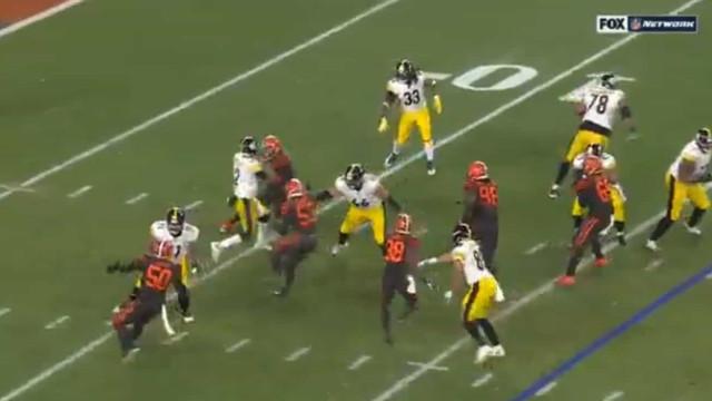 Ação bárbara na NFL: Jogador agride rival na cabeça com o capacete