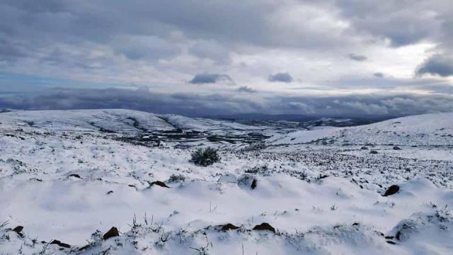 Imagens mostram neve e sincelo que 'pintam' Portugal este sábado