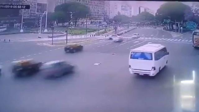 Futebolista argentino conduz bêbado e provoca acidente assustador