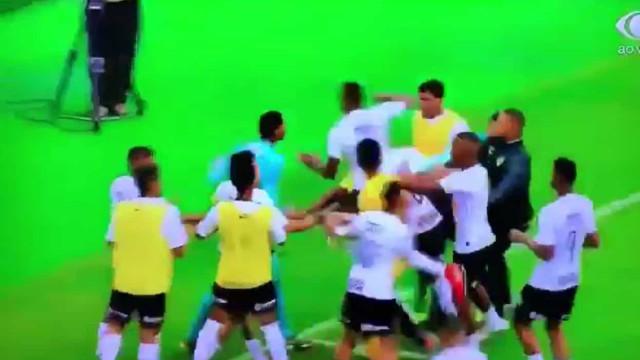 Jovem guarda-redes do Flamengo agredido por jogadores do Corinthians