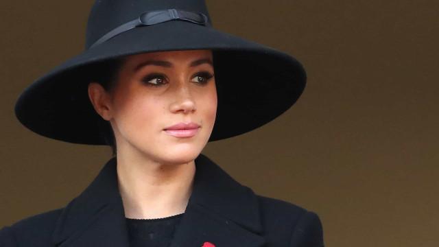 """Meghan Markle dá """"passo atrás"""" em prol da relação de Harry com a realeza"""