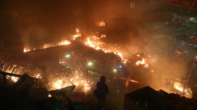Cenário de guerra em Hong Kong com flechas e canhões de água