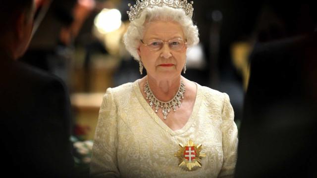 """Rainha Isabel II """"horrorizada"""" com escândalo protagonizado pelo filho"""