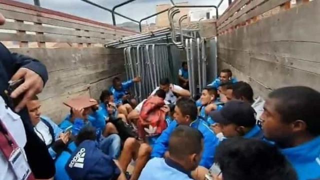 Jogadores foram agredidos e saíram do estádio num camião para cavalos