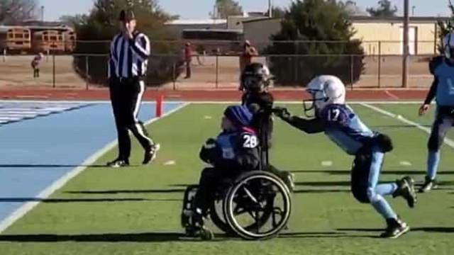 Criança em cadeira de rodas marca um 'touchdown' pela primeira vez