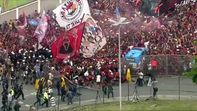 Confusão no Ninho do Urubu: Grade com adeptos do Flamengo cede