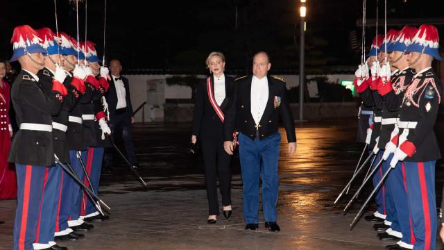 Charlene do Mónaco quebra protocolo com look masculino em evento oficial