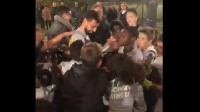 Bruno Fernandes visitou escolas do Sporting e foi 'engolido' pelos miúdos