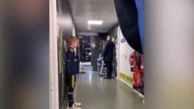 Jogadores do Arsenal ignoraram menino de 10 anos e imagens já são virais