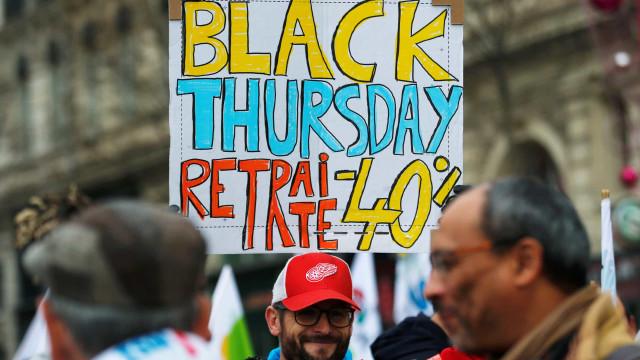 Cartazes e serviços fechados: As primeiras imagens da greve em França