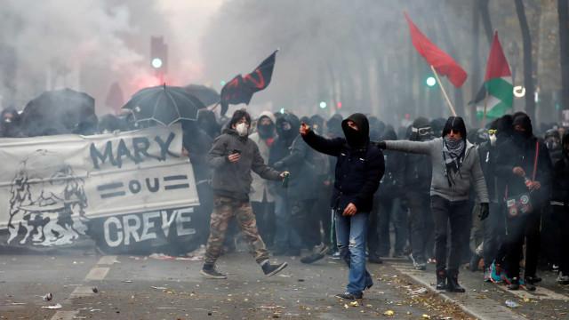 Greve geral em França contra reforma das pensões marcada por incidentes