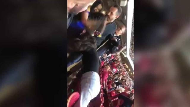 Jogo da NFL: Agressões entre duas adeptas acaba com joelhadas na cara