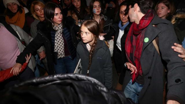 Greta Thunberg marcha com milhares de pessoas pelo clima em Madrid