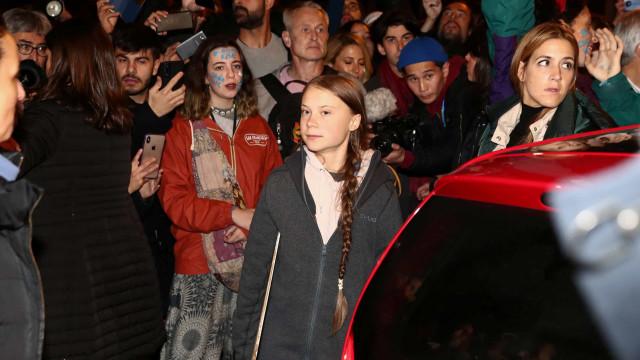 Greta abandona Marcha pelo Clima em veículo elétrico devido a multidão