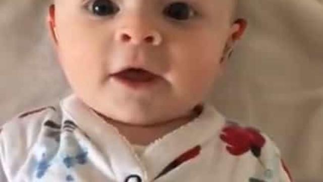 A felicidade matinal desta bebé ao ligar o aparelho auditivo
