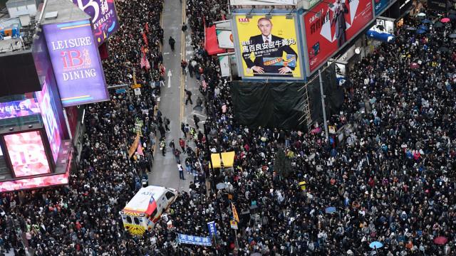 Cerca de 800 mil marcham em Hong Kong após seis meses de contestação