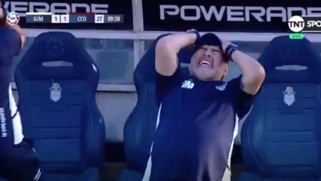 Gimnasia falha clara oportunidade de golo e Maradona foi ao chão