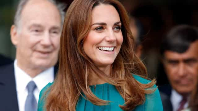 Há um vestido muito parecido ao que Kate Middleton usou à venda na Mango
