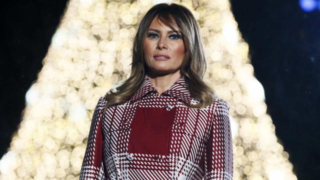Peça de luxo usada por Melania Trump entrou em saldos e esgotou num ápice