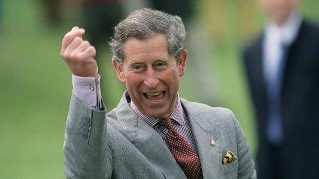 Príncipe Carlos vai leiloar relíquia oferecida por Isabel II