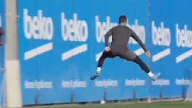 Não, não foi por acaso. Luis Suárez volta a marcar de calcanhar no treino