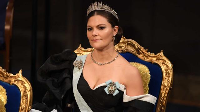 Princesa Victoria da Suécia brilha com vestido dramático nos Nobel